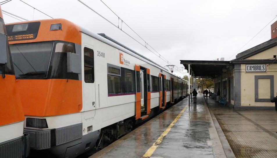 Un tren de l'R16 procedent de Barcelona en destinació a Tortosa aturat a l'estació de Cambrils aquest dimecres.
