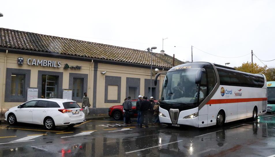 Un dels autocars que han realitzat el transbord de passatgers a Cambrils.
