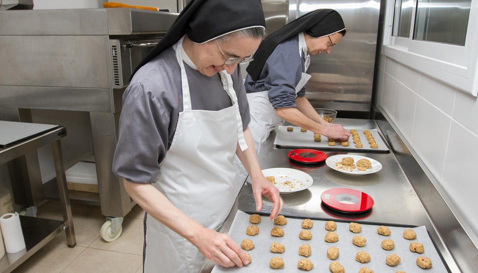 Les germanes preparant les galetes.