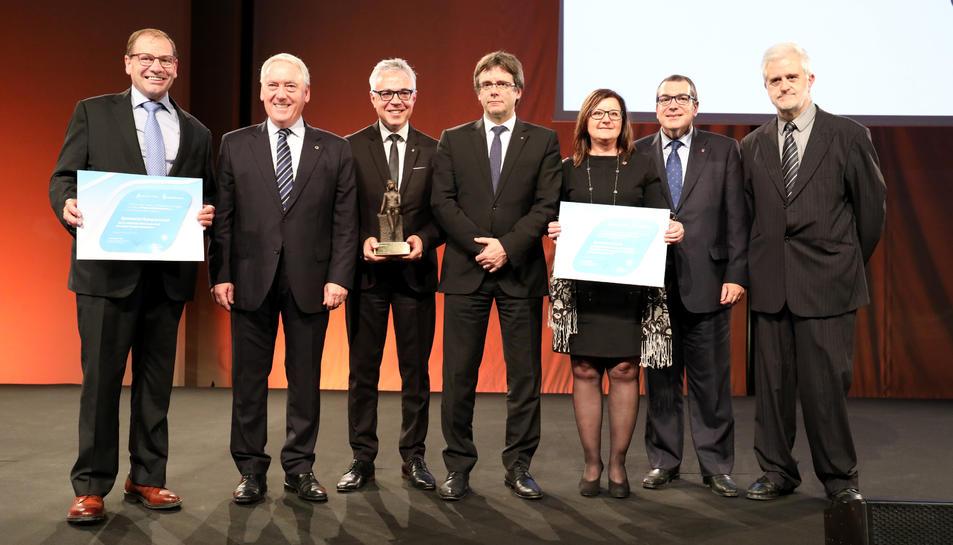 Els tres premiats a l'escenari amb el president de la Generalitat, Carles Puigdemont.