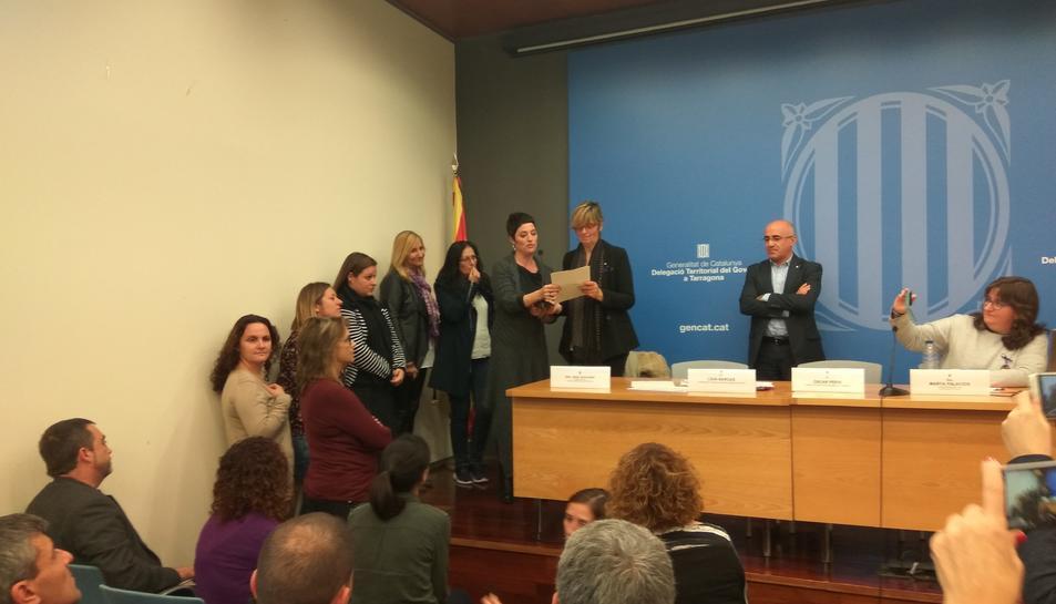 Tècniques i assessores dels SIADs tarragonins van llegir un manifest contra la violència de gènere.