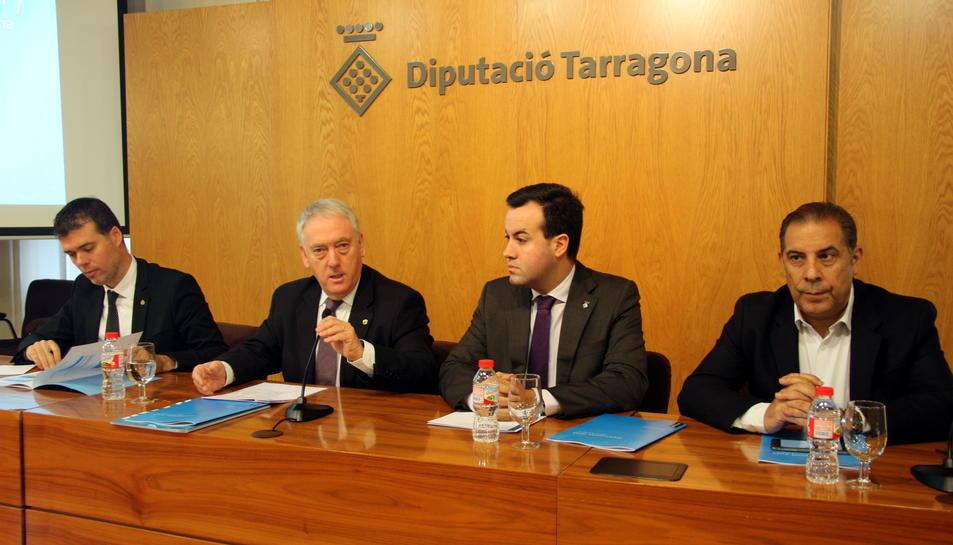 El president de la Diputació de Tarragona, Josep Poblet, acompanyat dels vicepresidents i del diputat d'Hisenda i Economia, Lluís Soler, durant la presentació del pressupost del 2017, en roda de premsa, el 24 de novembre del 2016