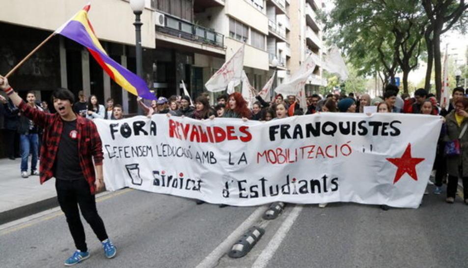 Imatge de la manifestació d'estudiants a Tarragona contra les revàlides, amb una pancarta.
