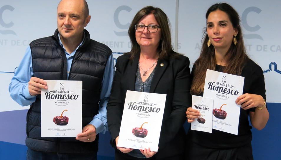 L'alcaldessa Camí Mendoza, la regidora de Promoció Econòmica Ana López i el representant de l'Associació d'Empresaris de l'Hosteleria de Cambrils, Pep Pellicer, durant la presentació de les jornades.