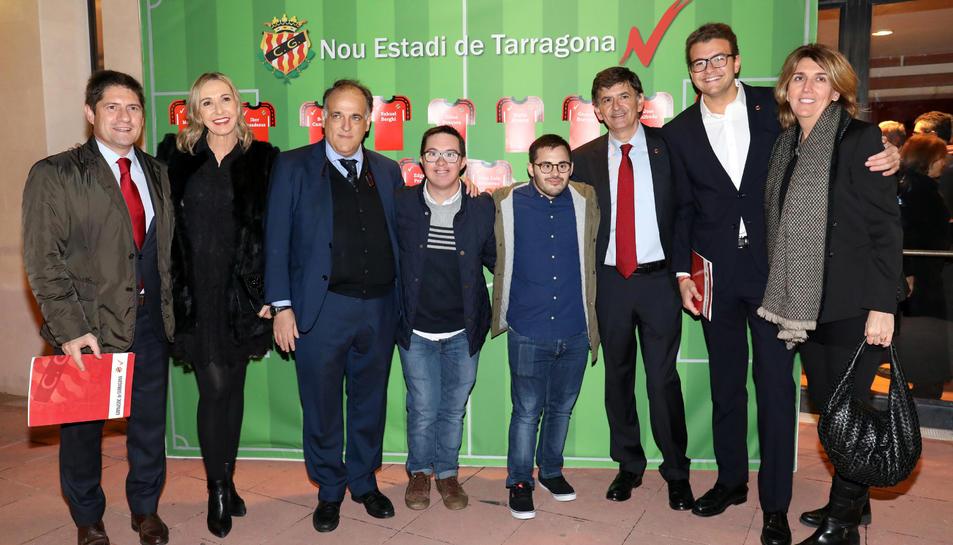 Javier Tebas, amb els dos capitans del Nàstic Genuine, i Josep Maria Andreu, al centre.