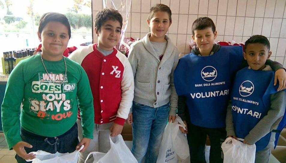 Els alumnes de l'escola Rosa Sensat de Reus han fet de vountaris al Gran Recapte d'Aliments d'aquest divendres.