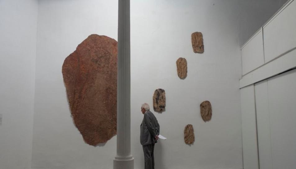 El senyor Vila Casas observant l'obra Pell de roca.