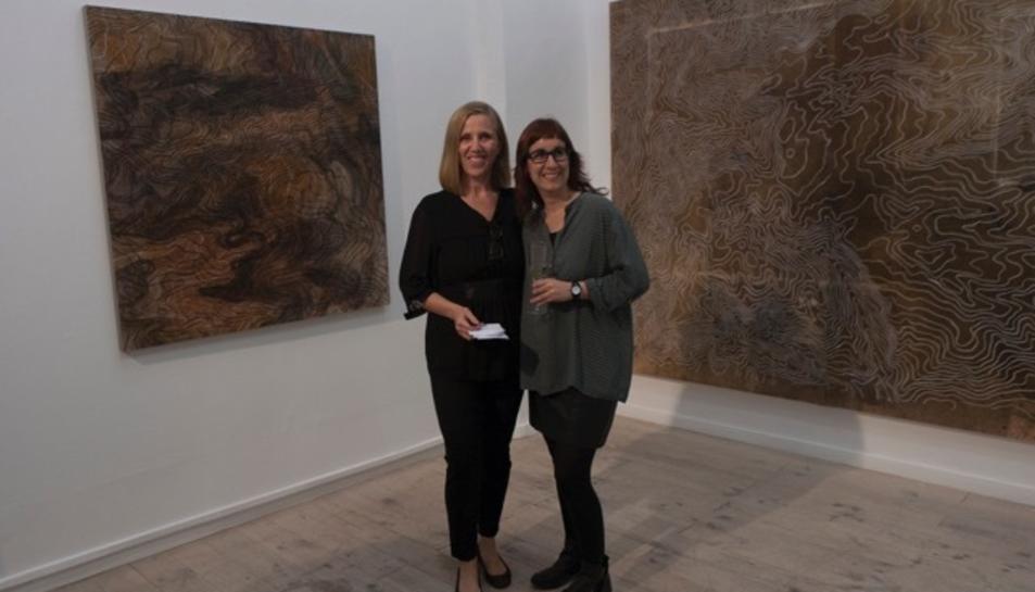 Núria Rion (a la dreta) i Cecília Lobel (a l'esquerra), directora de la galeria L&B Contemporary Art, davant de les obres Estrats IV i Estrats I.