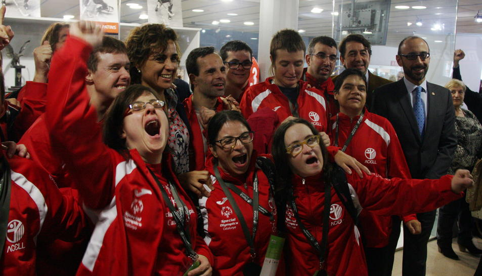La ministra de Sanitat i Igualtat, Dolors Montserrat, envoltada de participants de l'Special Olympics Reus de Catalunya.