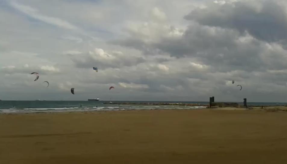Una desena de kaysurfistes han acudit a la platja de La Pineda