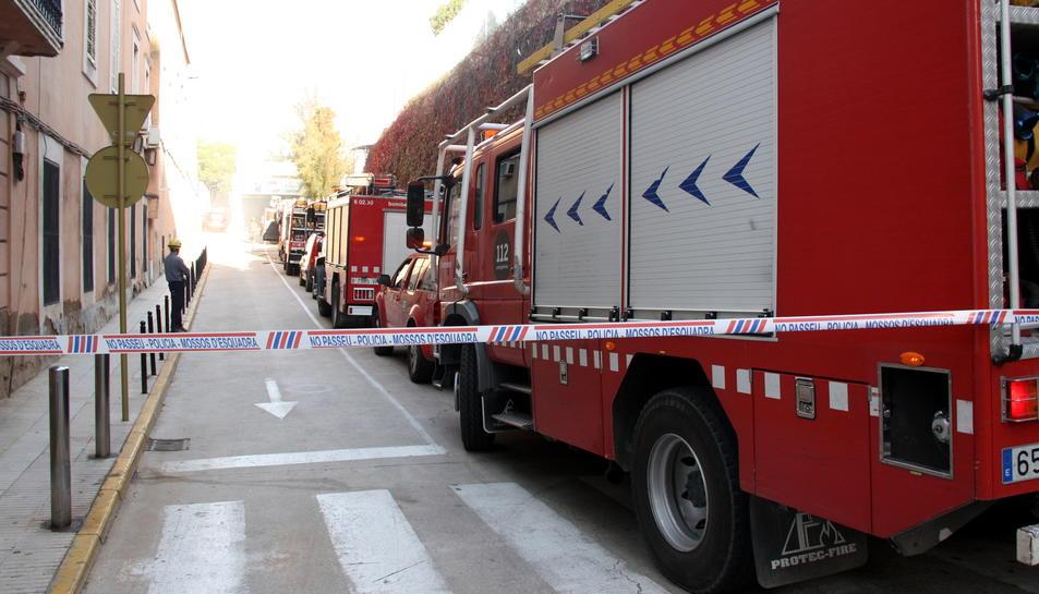 Imatge d'arxiu de diversos camions de bombers en un carrer.