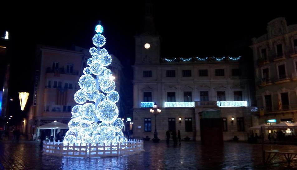 L'arbre nadalenc lluminós que ocupa el centre de la plaça del Mercadal.