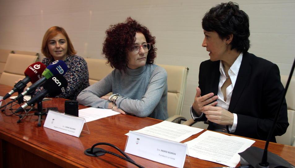 Rosa Cardona, coordinadora de la fundació privada Gentis a Tarragona, Carme Navarro, regidora de Benestar Social d'Alcanar, i Íngrid Borràs, directora de l'àrea de negoci de la zona d'Amposta de CaixaBank. Imatge del 28 de novembre de 2016 (horitzontal)