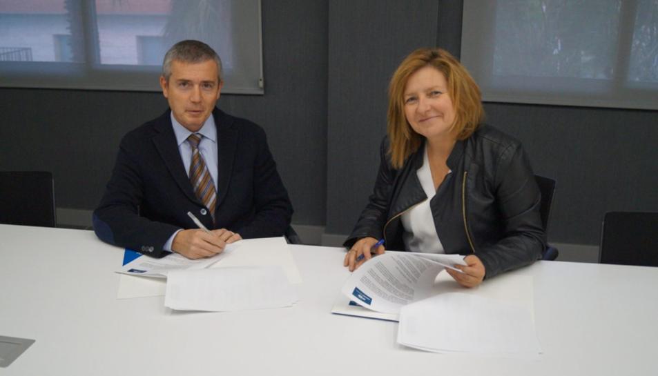 La Directora General de la Associació, Teresa Pallarès, i el director comercial de la companyia, Antoni Aragonès, en l'acte de signatura de l'acord de col·laboració.