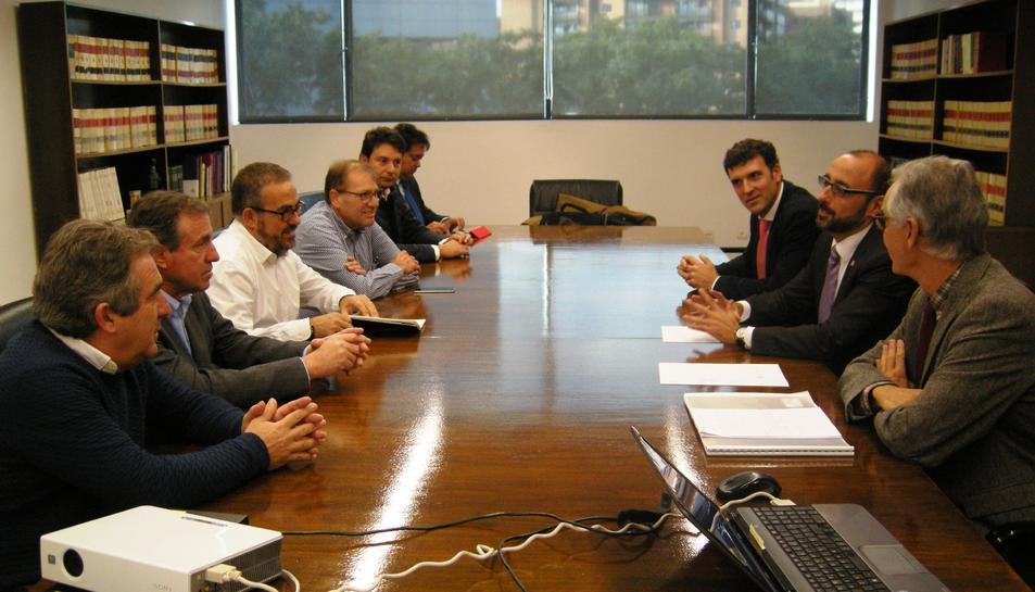 El subdelegat del Govern a Barcelona i en funcions a Tarragona, Emilio Ablanedo, i el Cap de la Demarcació de Carreteres a Catalunya del Ministeri de Foment, Juan Barios, en la reunió mantinguda amb els representants dels municipis afectats.