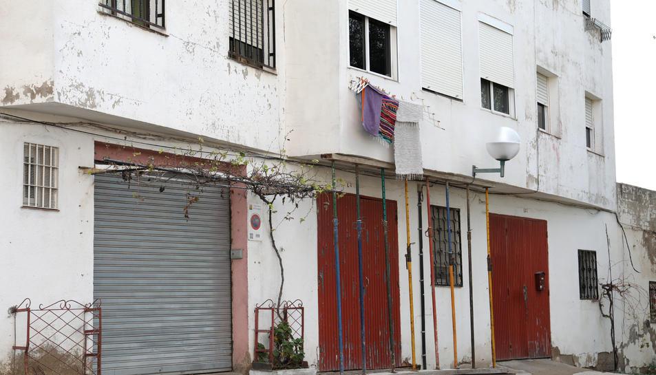 Imatges de l'estat actual en què es troba el pis. Dissabte, l'aigua de la pluja va filtrar pel sostre i per les parets, posant en perill la vida dels membres de la família.