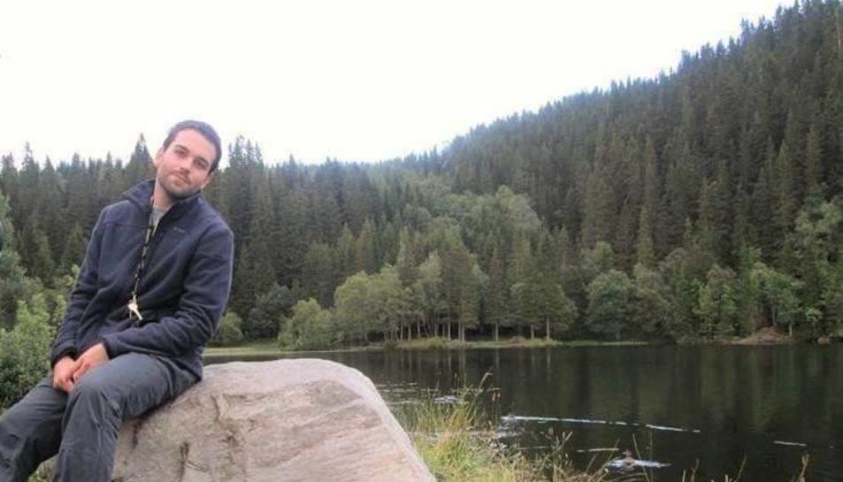 El jove al bosc de Bymarka, on els noruecs van a caminar, banyar-se al llac o fer esquí de fons.