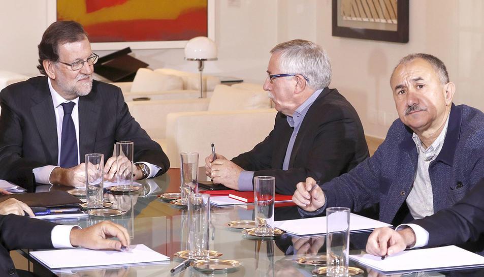 El president del Govern,Mariano Rajoy, i els secretaris generals de CC.OO, Ignacio Fernández Toxo, i d'UGT, Pepe Álvarez, durant una reunió recent celebrada al Palacio de La Moncloa.