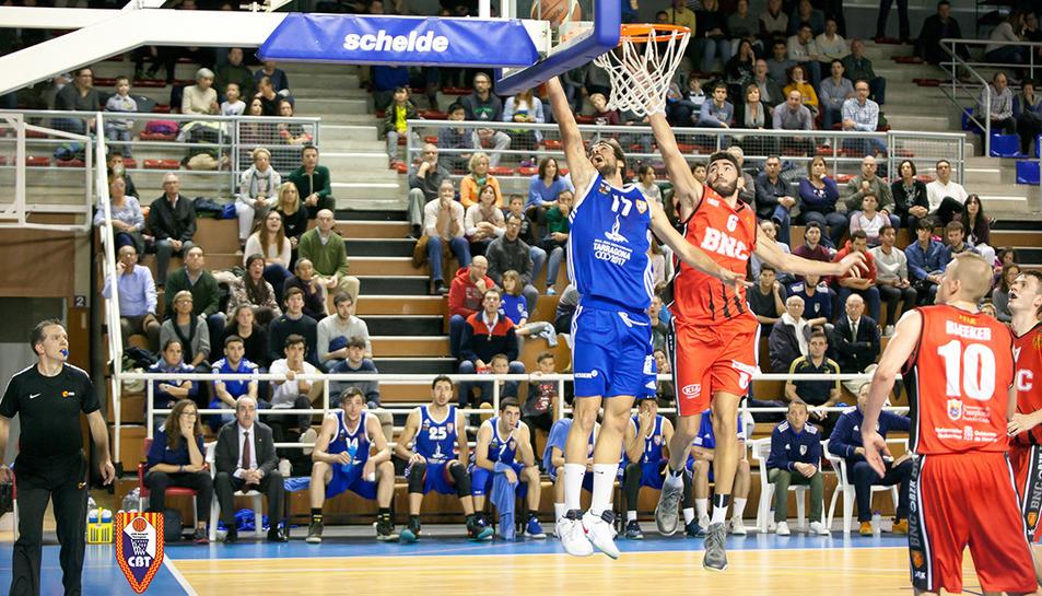 Marc Giménez entra a cistella.