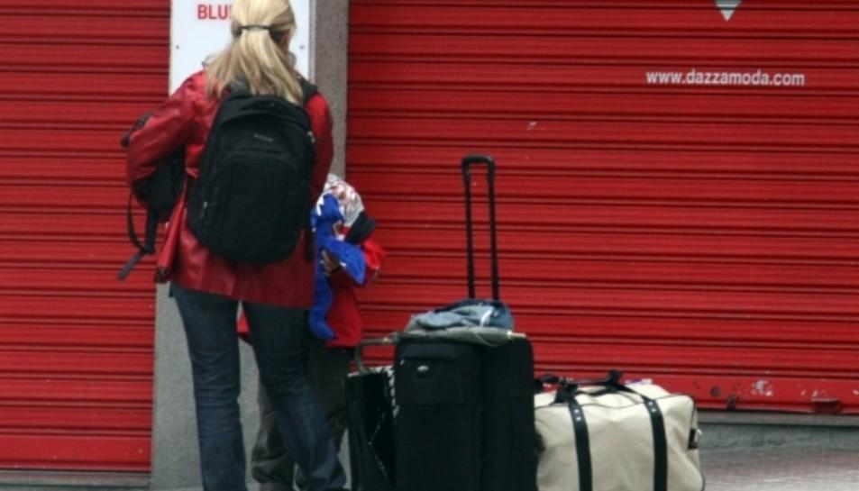 Una turista amb maletes a la Costa Daurada.