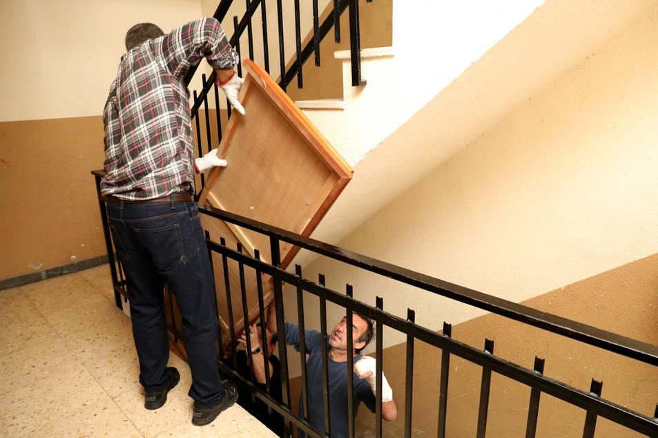 Les famílies van empaquetar les seves pertinences i van treure els mobles dels pisos.
