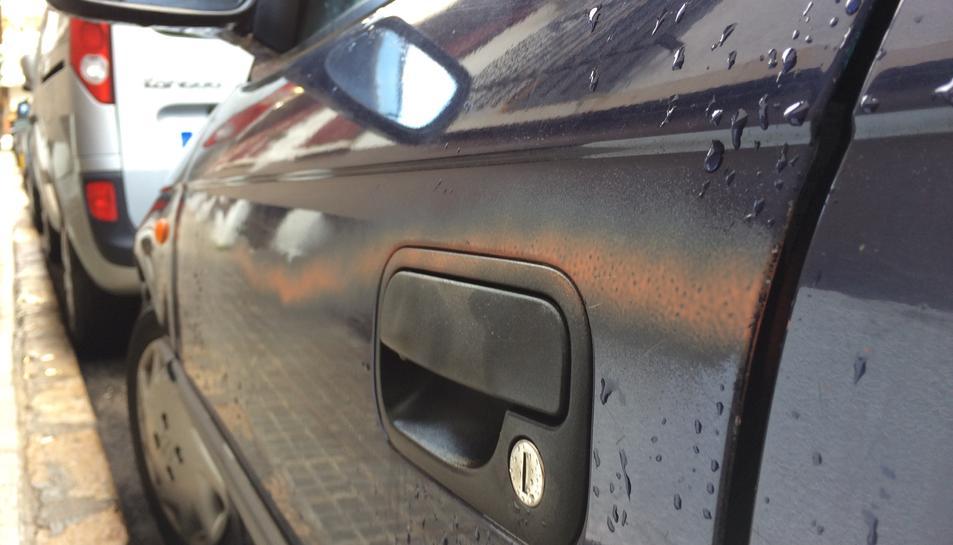 Un dels cotxes que ha patit les pintades.