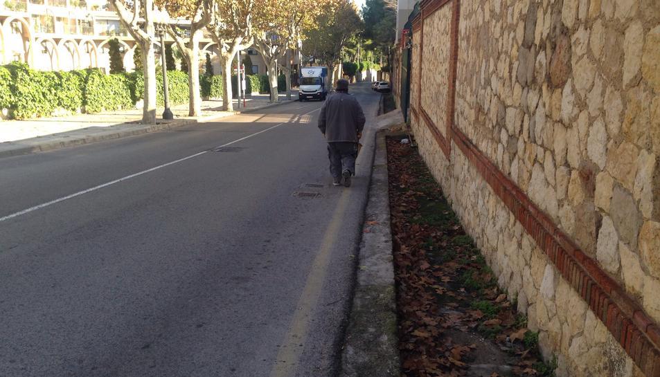 En aquest tram del carrer només hi ha vorera a un dels costats.