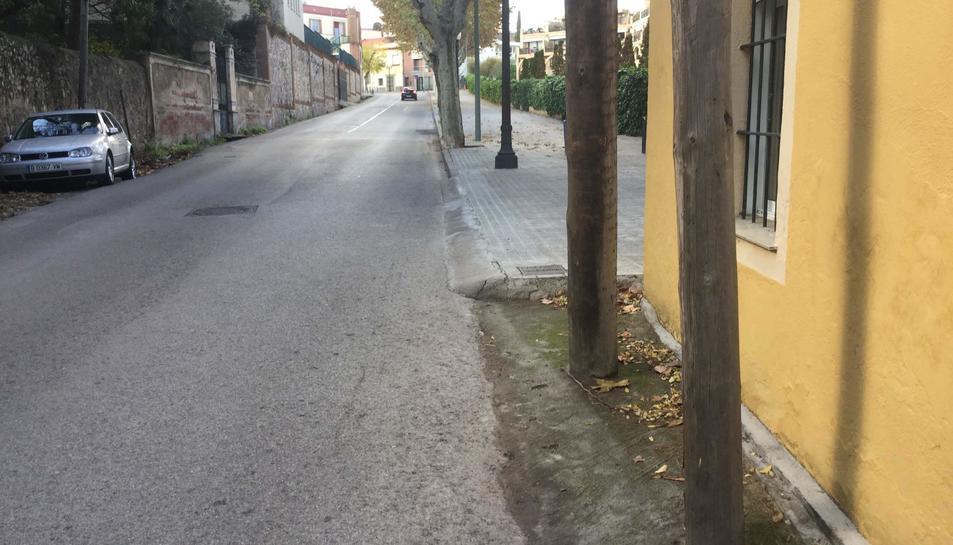 La vorera s'estronca en un dels trams del carrer.