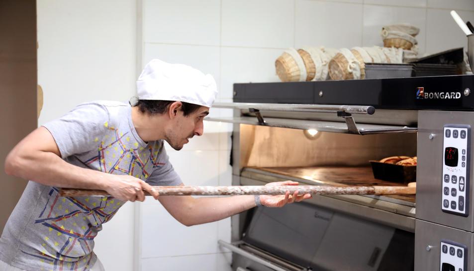 Ignasi Pérez, aquest dimarts al matí al seu obrador del carrer Merceria traient pa acabat de fet.