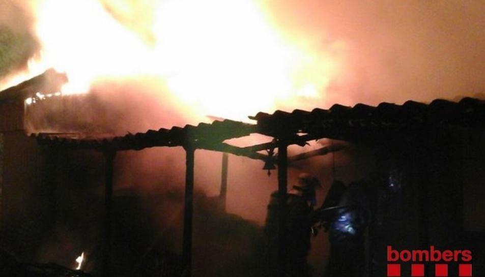 Imatges de l'incendi produït ahir en una caseta de fusta a creixell.