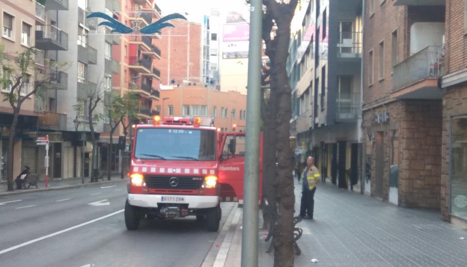 Una dotació de Bombers s'ha desplaçat fins al carrer Ramón y Cajal per rescatar a la noia.