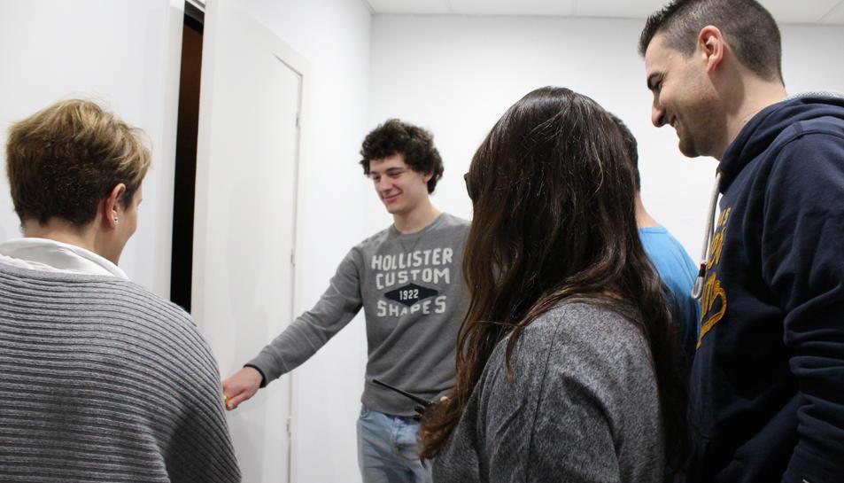 Un grup de joves a punt d'entrar a l'habitació.