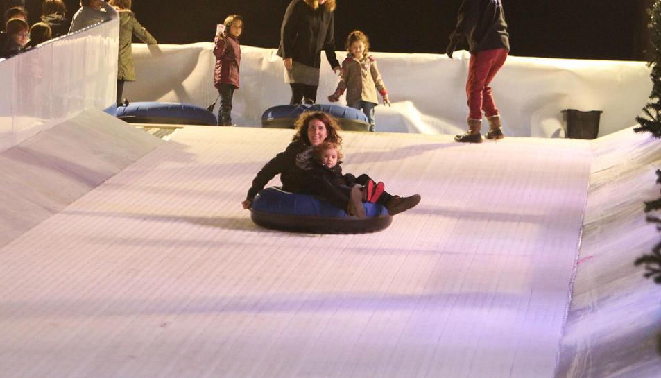 El pont de la Constitució i de la Immaculada ha msotrat la cara nadalenca de la ciutat del Baix Camp, que amb la pista de gel, el tobogan gegant i les parades del mercadet de Nadal ja està vivint de ple l'època més màgica de l'any.