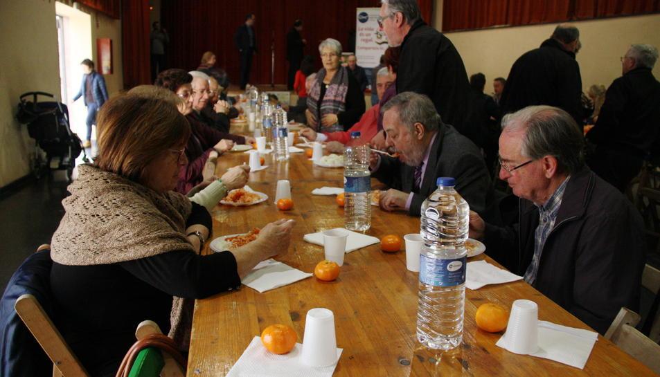 Una taula del DiNadal amb diverses persones menjant arròs blanc amb tomàquet.
