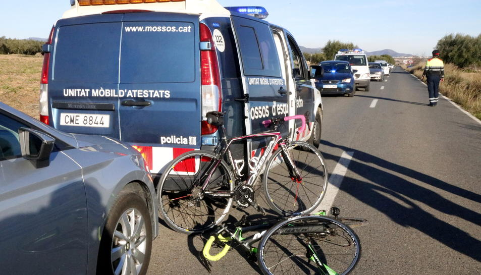 Pla obert de les bicicletes on viatjaven les víctimes, a terra, al costat d'una furgoneta dels Mossos d'Esquadra, el 12 de desembre de 2016