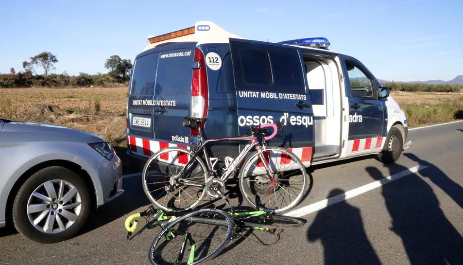Pla obert de les bicicletes on viatjaven les víctimes al costat d'una furgoneta dels Mossos d'Esquadra, el 12 de desembre de 2016