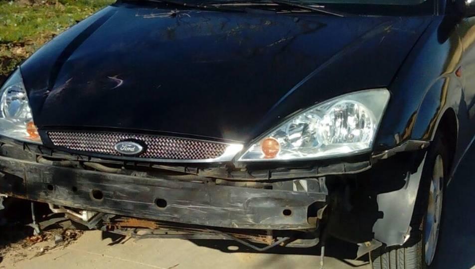 El vehicle implicat en l'accident sense el para-xocs, que ha caigut al lloc de l'accident.