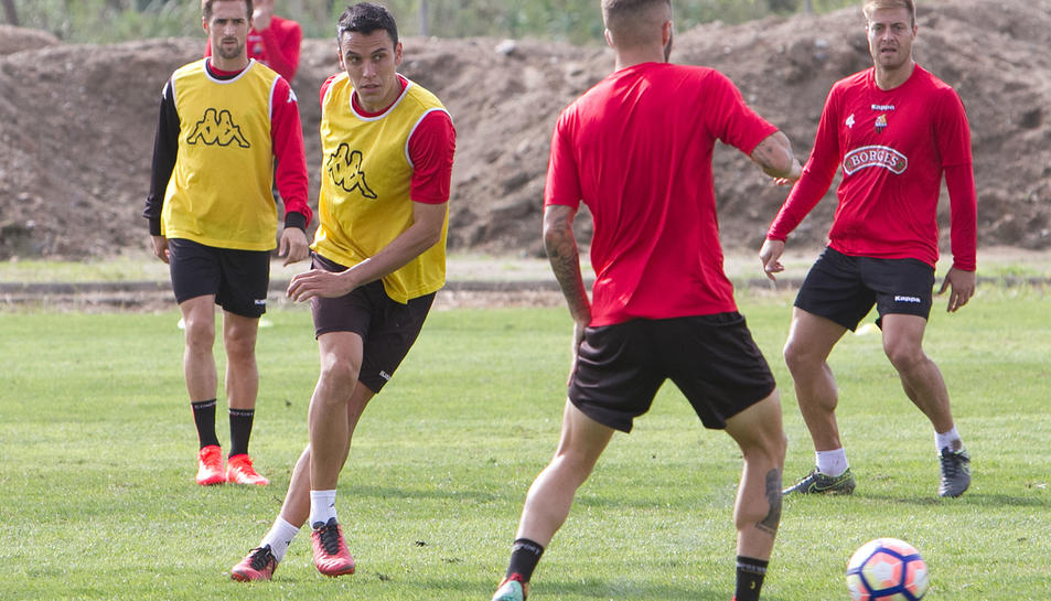 Ramon Folch realitza una passada durant un entrenament amb el CF Reus.