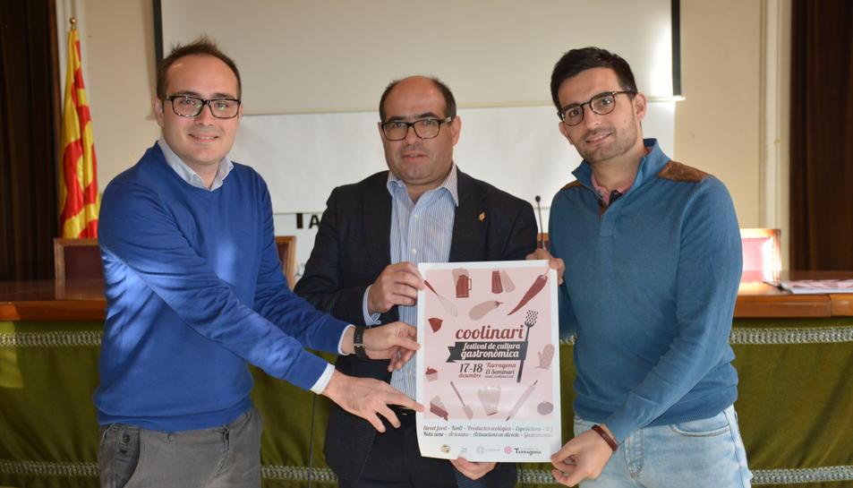 Els promotors de la iniciativa Josep Maria Figueras, a l'esquerra, Àlex González, a la dreta, i el regidor Josep Maria Prats, durant la presentació d'aquest dimarts.