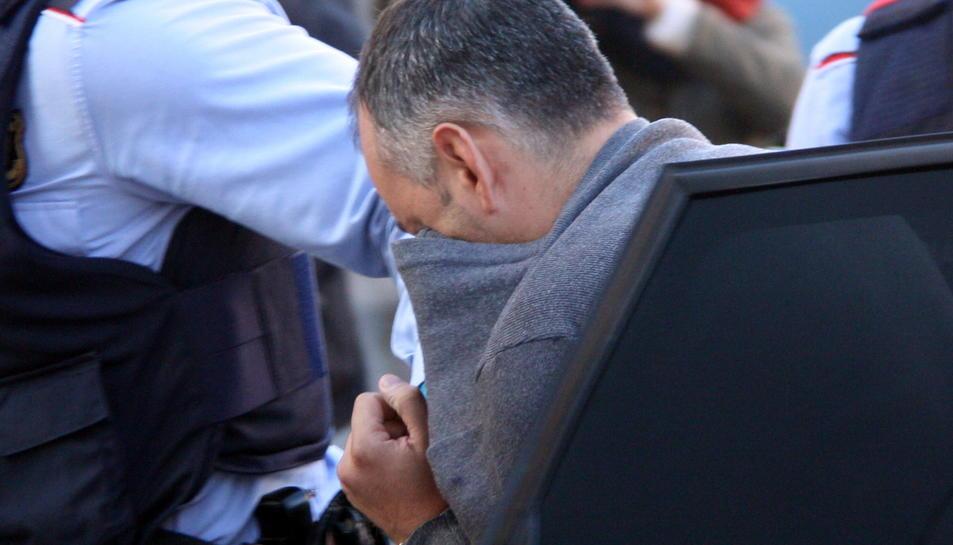 Pla curt del detingut per envestir mortalment una ciclista a l'Alt Camp en el moment en què els Mossos el portaven als Jutjats de Valls. Imatge del 13 de desembre del 2016