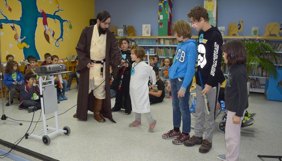 Un dels grups dels nens explicant de quin personatge van caracteritzats a Emili Samper, disfressat d'Obi-Wan Kenobi.