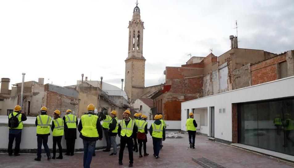 Imatge de la terrassa del Museu Casteller, amb el campanar de l'església de Sant Joan de Valls al fons.