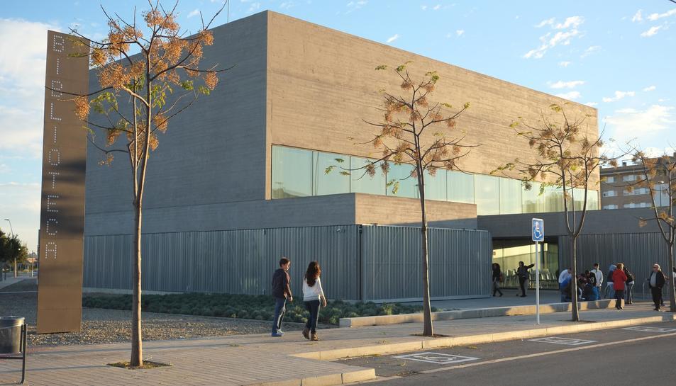 Imatge exterior de la Biblioteca Pere Anguera.