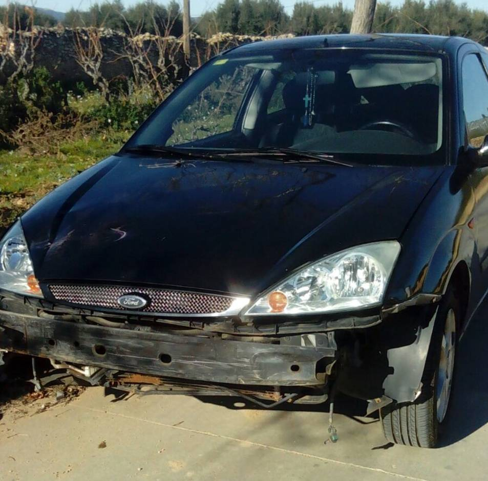 El vehicle implicat en l'accident sense el para-xocs, que ha caigut al lloc de l'accident.