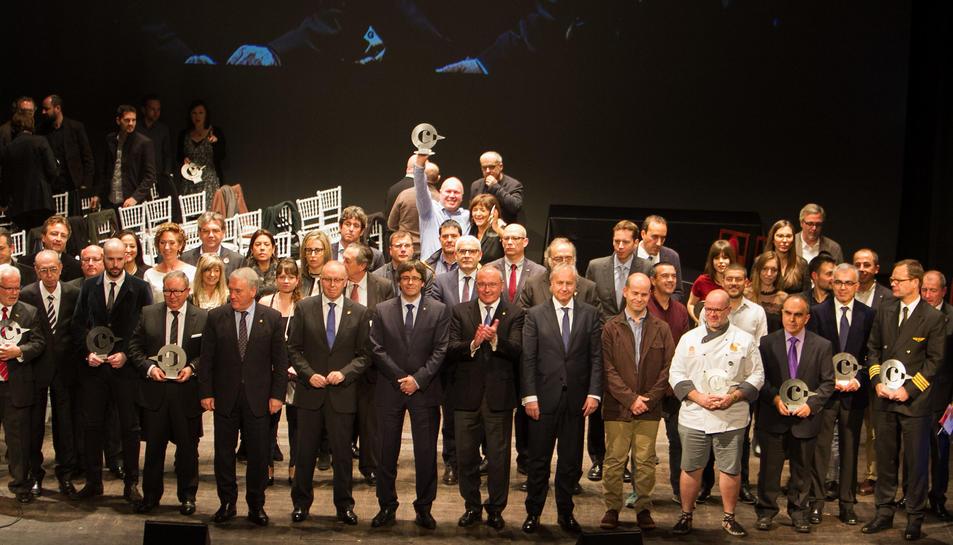 Fotografia de família dels premiats amb les autoritats ahir al Teatre Fortuny.
