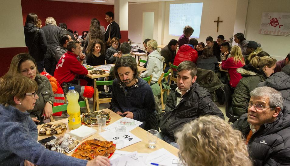 Voluntaris aplegats al menjador social de Càritas.