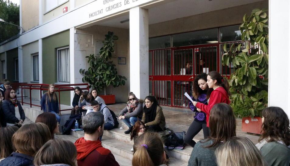 Pla obert d'estudiants de la Facultat d'Educació i Psicologia de la URV llegint un manifest a les portes de l'edifici el 14 de desembre de 2016