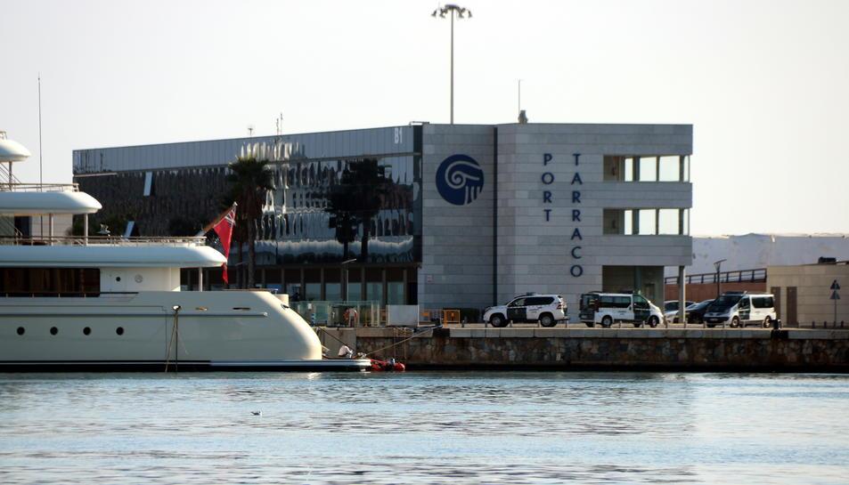 Els vehicles de la Guàrdia Civil registrant l'empresa Meridium Petrolium a les instal·lacions de Marina Port Tarraco.
