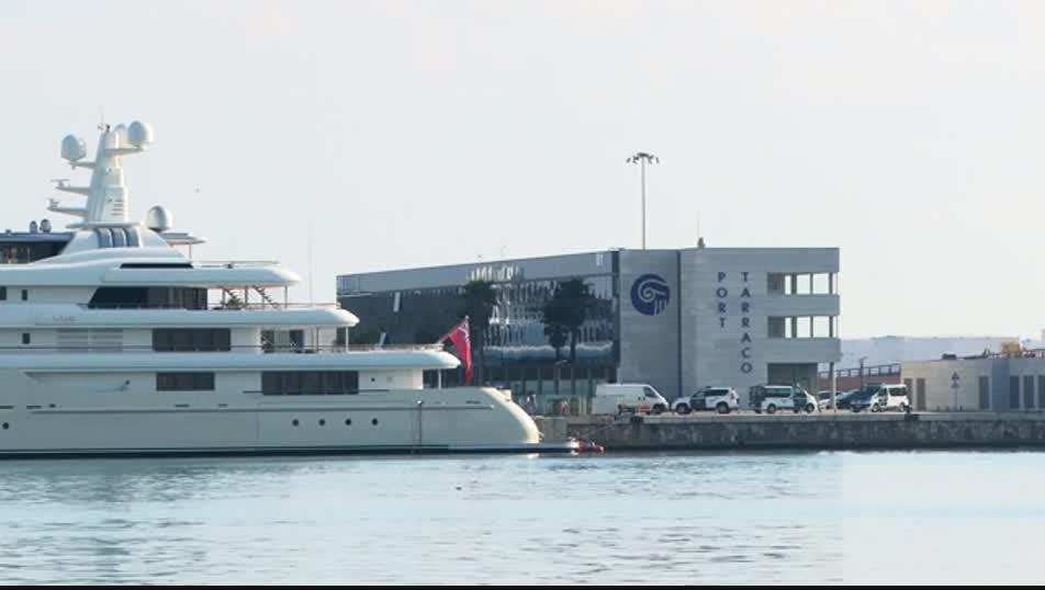 Els vehicles de la Guàrdia Civil registrant l'empresa Meridium Petrolium a les instal·lacions de Marina Port Tarraco durant l'operació policial.