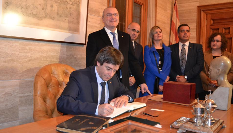 Imatge del President Carles Piugdemont signant el llibre